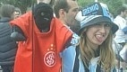 Nas redes sociais, circularam fotos da gremista com um macaco de pelúcia vestido com a camisa do Internacional