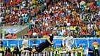 Sem aproveitar as oportunidades, enquanto a Holanda crescia em campo, a Espanha sofreu o empate aos 43 minutos, com golaço de Van Persie.
