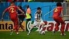 Messi começou a partida desequilibrando para o lado argentino, triangulando com Lavezzi e Higuaín