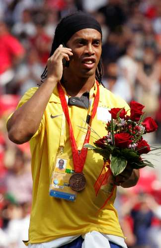 Ronaldinho fala ao celular no pdio