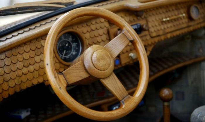 O pensionista Momir Bojic, de 71 anos, revestiu seu Volkswagen Fusca com mais de 50 mil pedaços de madeira.