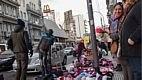 O comércio de rua é cada vez mais frequente. Na foto, vendedores senegaleses