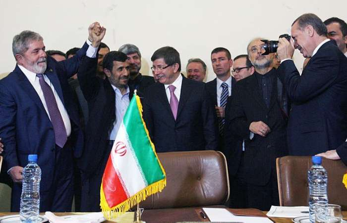 Presidentes Lula e Ahmadinejad comemoram o acordo nuclear do Ir, no Teer