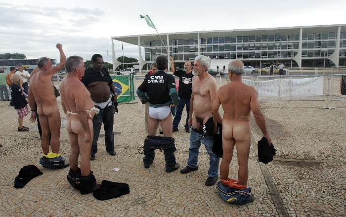 Aposentados da Petrobras tiram a roupa em protesto no Planalto