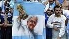 Até o papa Francisco, que é argentino, foi lembrado nas arquibancadas lotadas por 40 mil torcedores
