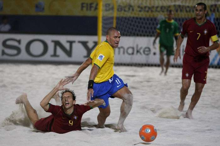 Buru, do Brasil, passa por Zé Maria, de Portugal, em semifinal da Copa do Mundo de futebol de areia