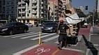 Catador de papel aproveita para caminhar com segurança na ciclovia da Rua Duque de Caxias