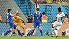 A Grécia partiu para o ataque e não deu trégua para a zaga da Costa Rica, chegando para finalizar a todo momento.