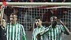 Paulão, zagueiro brasileiro do Bétis, foi vítima da própria torcida ao ser expulso no 1º tempo em partida contra o Sevilla