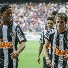 Esportes - Na cobrana, Ronaldinho Gacho descontou para o Atltico MG, deixando a torcida alvinegra mais aliviada - Foto: Bruno Cantini/Divulgao