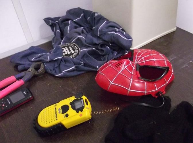 Bandidos com máscara do homem aranha assaltam condomínio de luxo na Aldeia da Serra/SP.01/08/2011