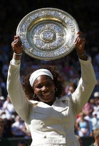 Serena ergue troféu após a conquista do Grand Slam de Wimbledon