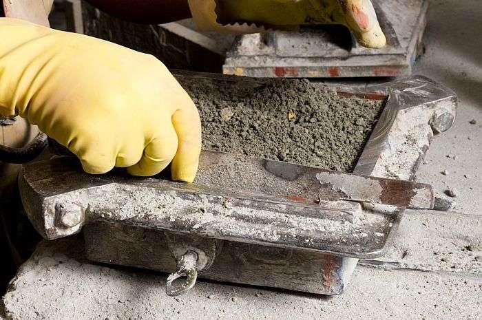 Outra camada de cimento, agora úmido, sela o ladrilho e, com a régua, o ladrilheiro nivela a peça