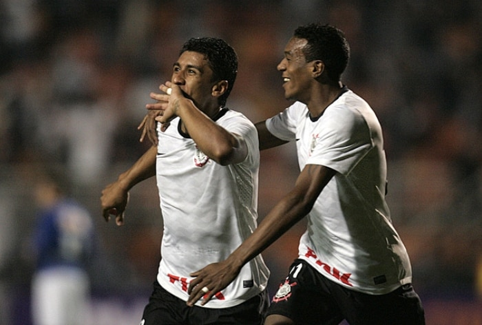 Paulinho marca no final e Corinthians bate Cruzeiro