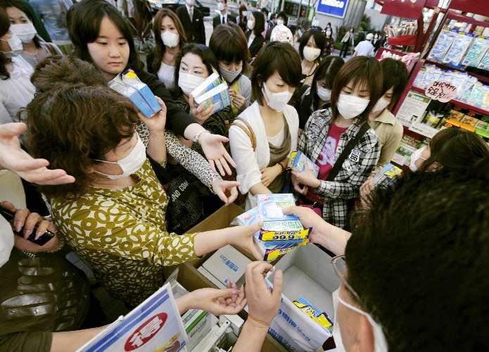 Japoneses compram máscaras com medo do recente aumento no número de casos de influenza A no país