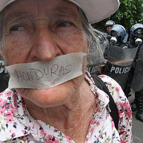 Manifestante protesta contra fechamento de rádio e televisão por parte do governo hondurenho. Foto de Wilson Pedrosa/AE