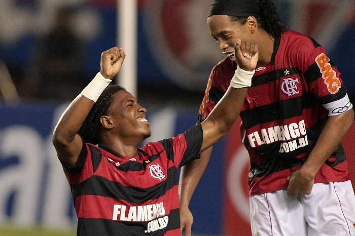 Diego Maurcio se ajoelha ao lado de Ronaldinho na comemorao de gol do Fla sobre o Fortaleza