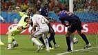 Nervosos, os espanhóis erravam muito a saída de bola e deixaram a Holanda dominar. Aos 19 minutos, Van Persie fez falta em Casillas, mas o árbitro não deu e De Vrij marcou o terceiro.