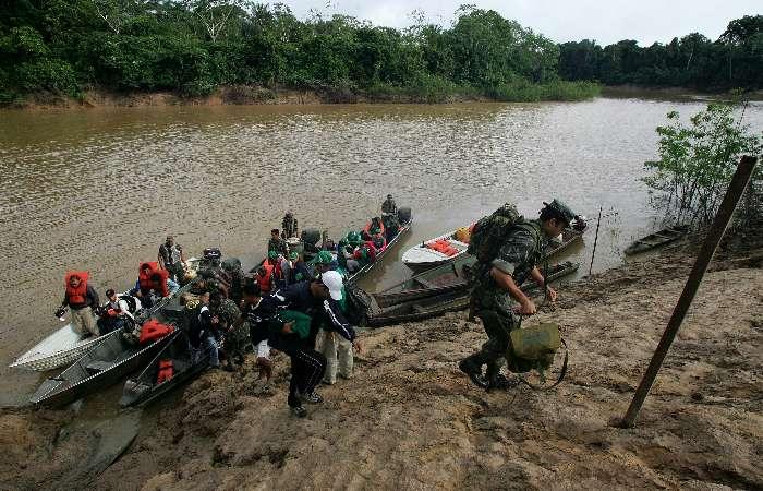 Profissionais da Funasa e Exército chegam a aldeia São Sebastião, dos índios Marubo
