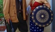 Casal de idosos aposentados se diverte fazendo cosplays