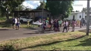 Brasileiros fazem manifestações contra...