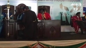 Mugabe aparece em público após golpe militar no...