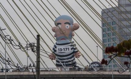 Boneco 'Lula inflado' faz 'tour' por pontos turísticos de SP
