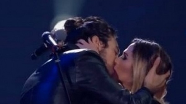Tiago Iorc e Tatá Werneck se beijam no Prêmio Multishow