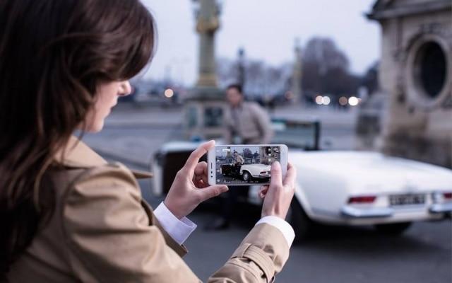 A câmeraé o grande destaque do Zenfone 3 Zoom. Na verdade, são duas câmeras com resolução de 12 megapixels: uma com lente grande angular e outra com zoom de 2,3 vezes