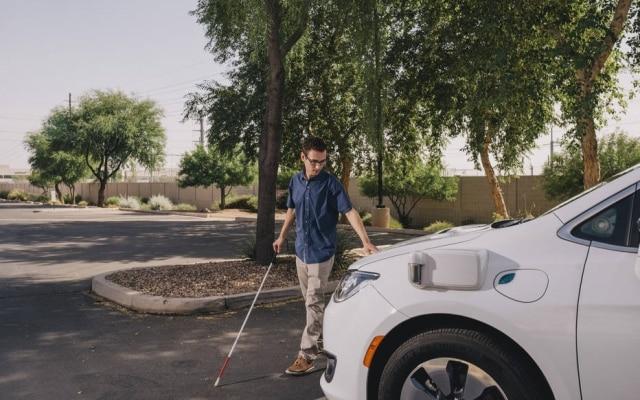 Jordan Rodriguez, um cliente da Fundação para Crianças Cegas, olha o carro sem motorista da Waymo em sua área de testes em Chandler, Arizona.