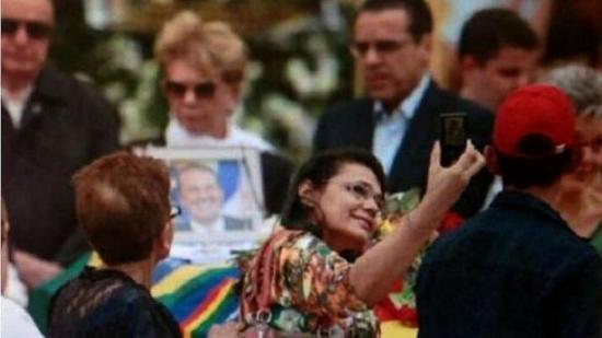Selfie em velório de Campos recebem críticas na Internet