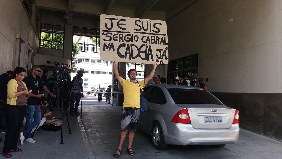 Manifestante contra Cabral na sede da PF - Clarissa Thomé/Estadão