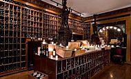 Restaurante clássico tem adega com 25 mil garrafas