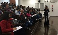 Escritora participa de reunião pedagógica