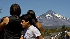 Turistas e moradores observam o vulcão  - Martin Berneti/AFP