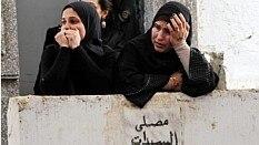 Mulheres choram a morte de manifestante neste domingo - EFE