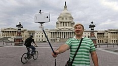 Turista sul coreano faz selfie em Washington - Larry Downing/Reuters