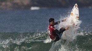 Confira a arriscada manobra do surfista Gabriel Medina - Leo Correa/AP