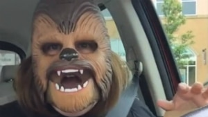 Americana grava vídeo usando máscara do 'Chewbacca' e torna-se viral nas redes - Reprodução