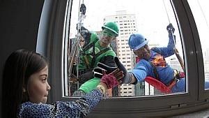 'Super-heróis' limpam janelas de hospital e animam os pequenos - Márcio Fernandes/Estadão