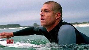 Mick Fanning volta ao mar - Reprodução