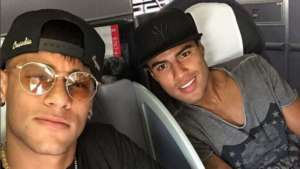 Neymar viajou ao lado do novato Rafinha - Divulgação