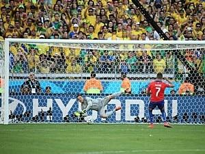 Wilton Júnior/Estadão - Julio César defende pênalti contra o Chile na Copa 2014