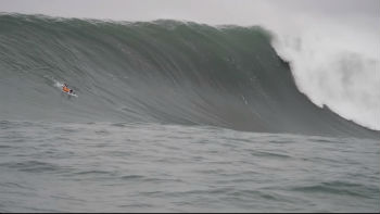 Barco de surfistas brasileiros fica destruído após onda gigante na Califórnia