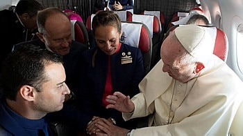 Papa casa comissários em avião Paula Podest e Carlos Ciufffardi em avião a caminho de Iquique, no Chile  Foto: OsservatoreRomano/Handout