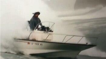 Carlos Burle conta detalhes de susto com onda gigante que virou barco