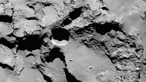 As cavidades do cometa 67P/Churyumov-Gerasimenko, orbitado pela Rosetta desde agosto, são enormes, alongando-se por cerca de 200 metros em diâmetro e 180 em profundidade - Jean-Baptiste Vincent/The University of Maryland, College Park/Nature/AFP