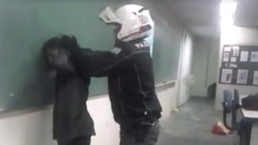 A abordagem dos policiais militares foi filmada por alunos  - Reprodução