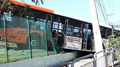 Motorista de ônibus perde o controle após ser atingido por uma pedra na Avenida Queiroz Filho em São Paulo - Elpidio Sobreira/Futura Press