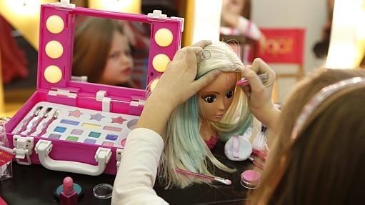 Meninas deveriam brincar menos com bonecas, defende cientista britânica - REUTERS